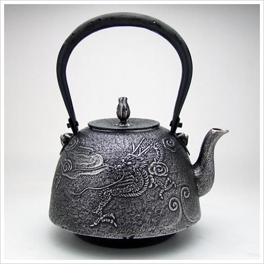 この鉄瓶/鉄器の形は南部型(砂鉄/雲龍/2.0L)です。